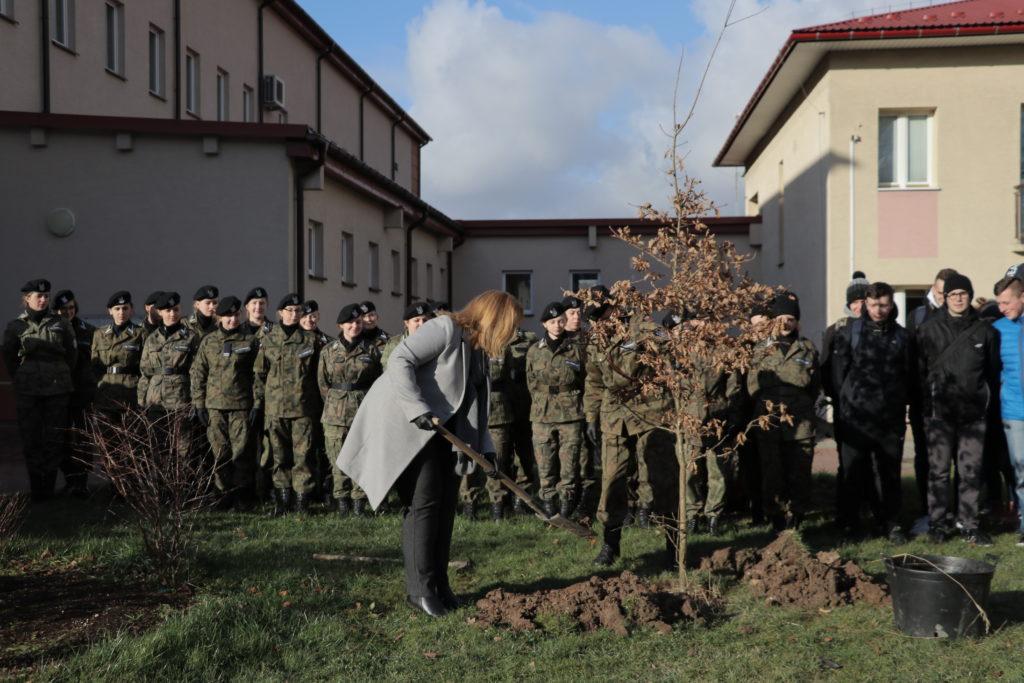 Joanna Rudek dyrektor szkoły podczas sadzenia dęba