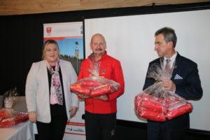 podczas Konferencji Starosta wraz z Przewodniczącą Rady przekazali na ręce Mariusza Zaroda dla Górskiego Ochotniczego Pogotowia Ratunkowego oraz dla szkół z terenu powiatu limanowskiego.