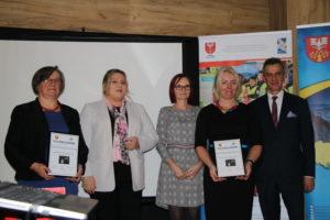 Dyplomy i nagrody dla zwycięzców konkursu wręczyli Przedstawiciele Powiatu.