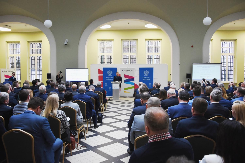 samorządowcy podczas spotkania z wojewodą małopolskim w sali MUW w Krakowie