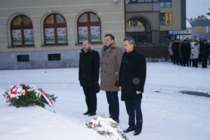 Starosta Mieczysław Uryga, Członek Zarządu Wojciech Włodarczyk i Dyrektor PUP podczas składania kwiatów