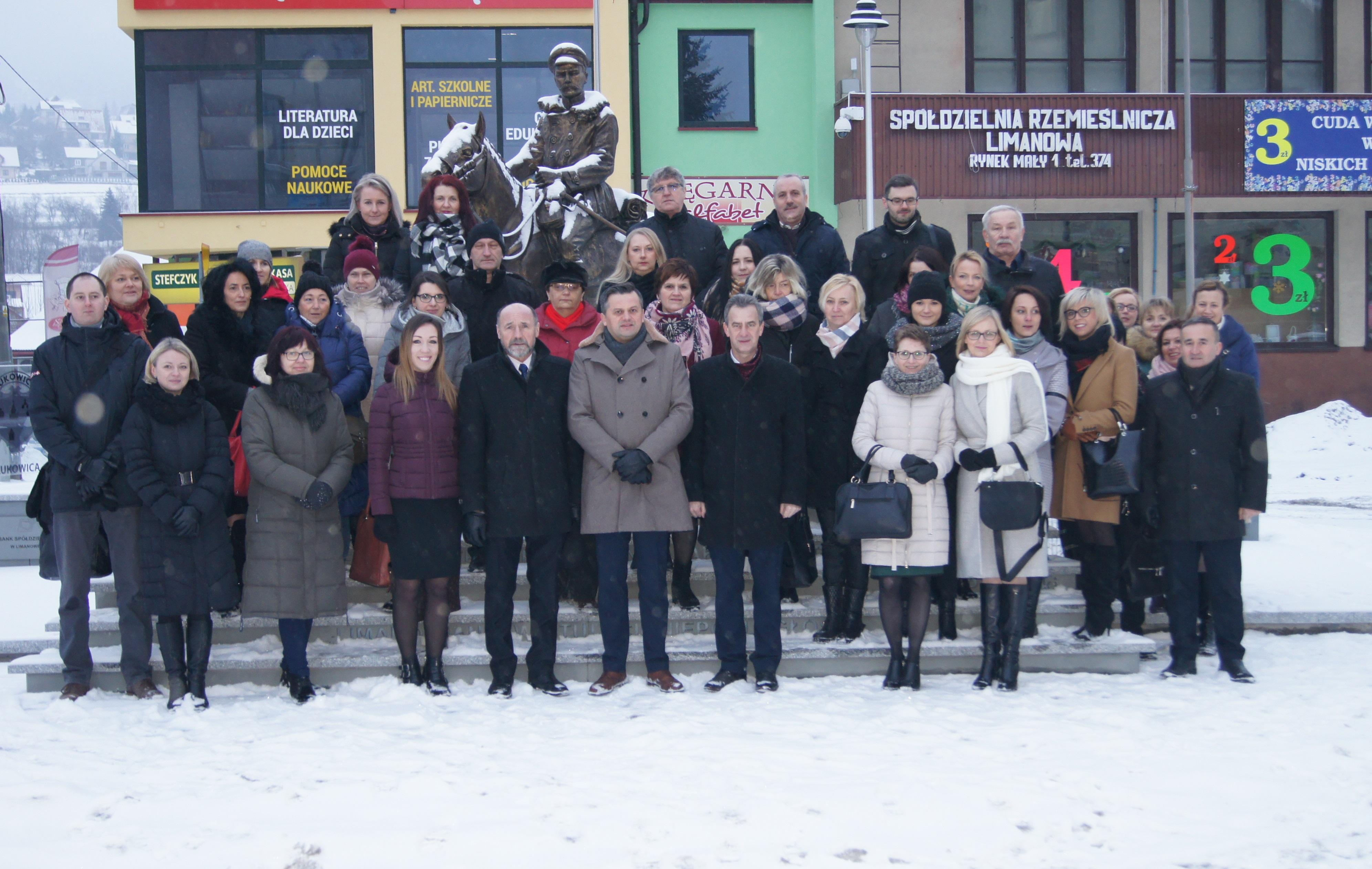 pracownicy Powiatowego Urzędu Pracy na współnym zdjęciu pod pomnikiem Piłsudskiego