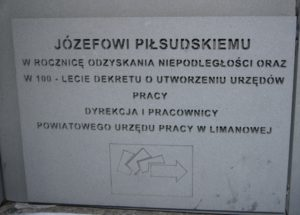 tablica pod pomnikiem Piłsudskiego ufundowana przez PUP Limanowa