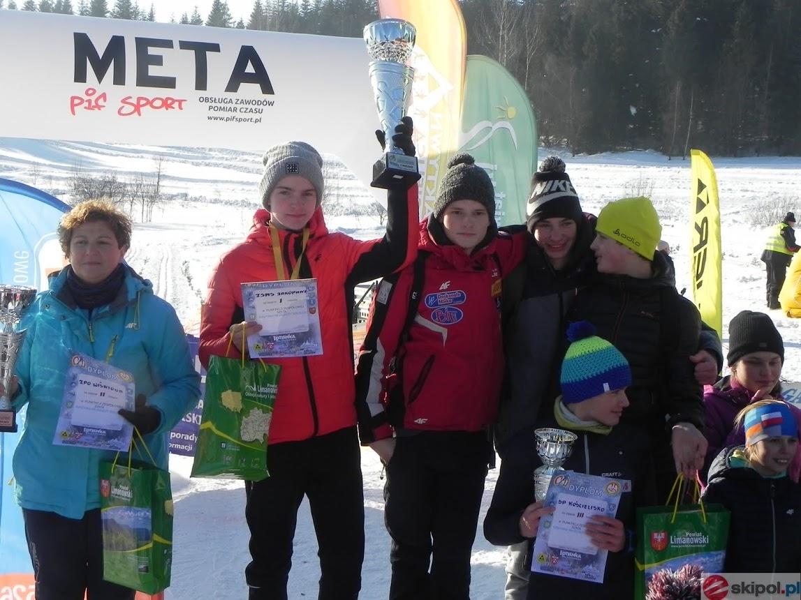 zwycięzcy szkół na podium podczas zakończenia wojewódzkiego biegu na trasach biegowych w Zalesiu