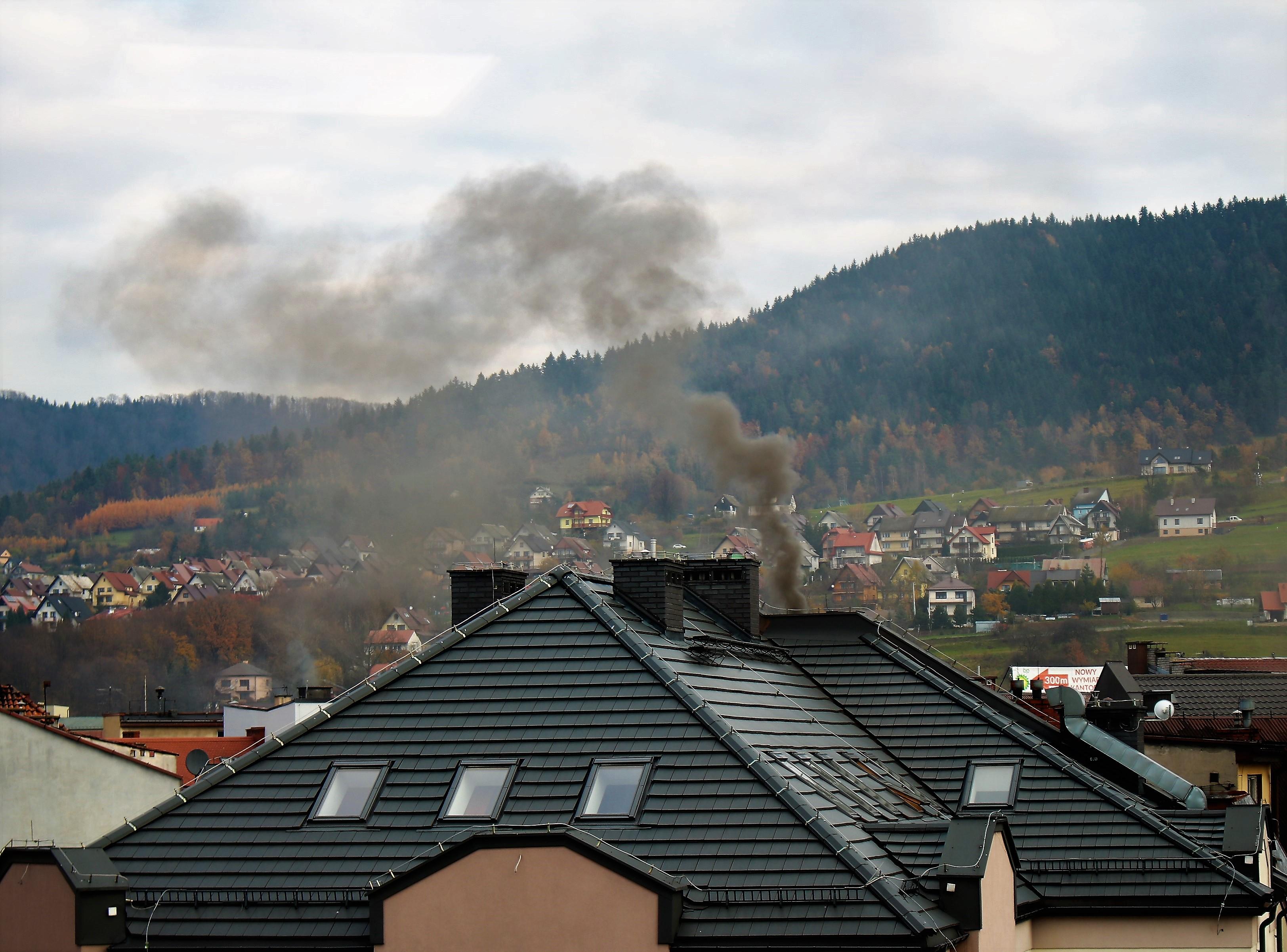 dym z komina w Limanowej