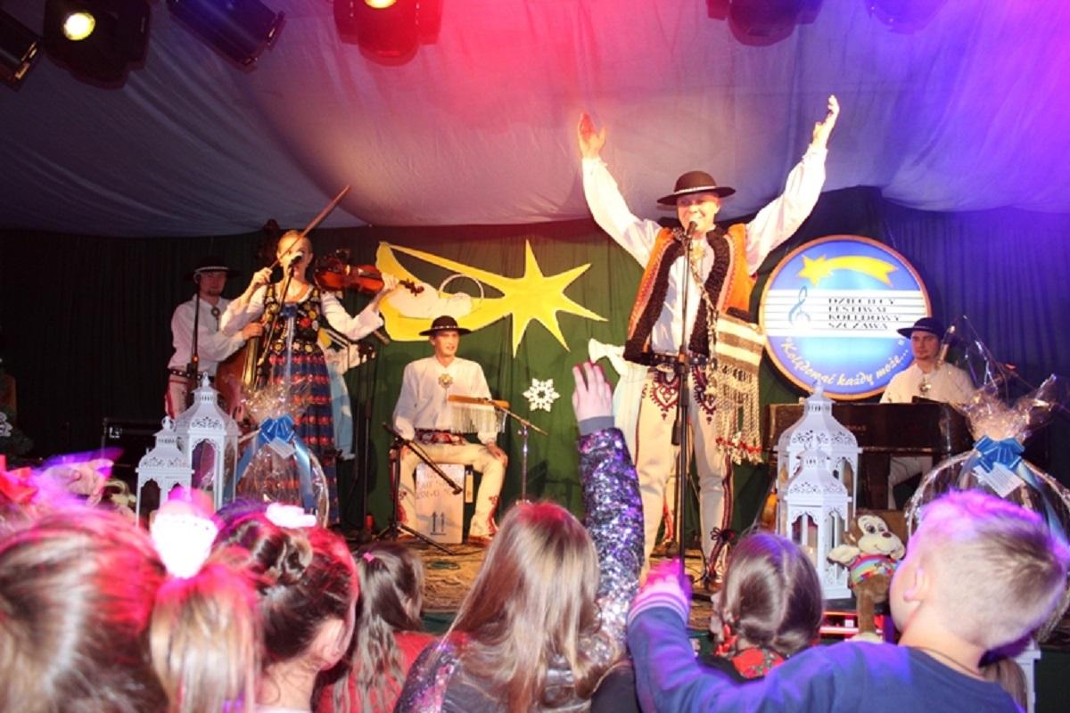 Występ kapeli CIUPAGA na scenie podczas festiwalu kolęd