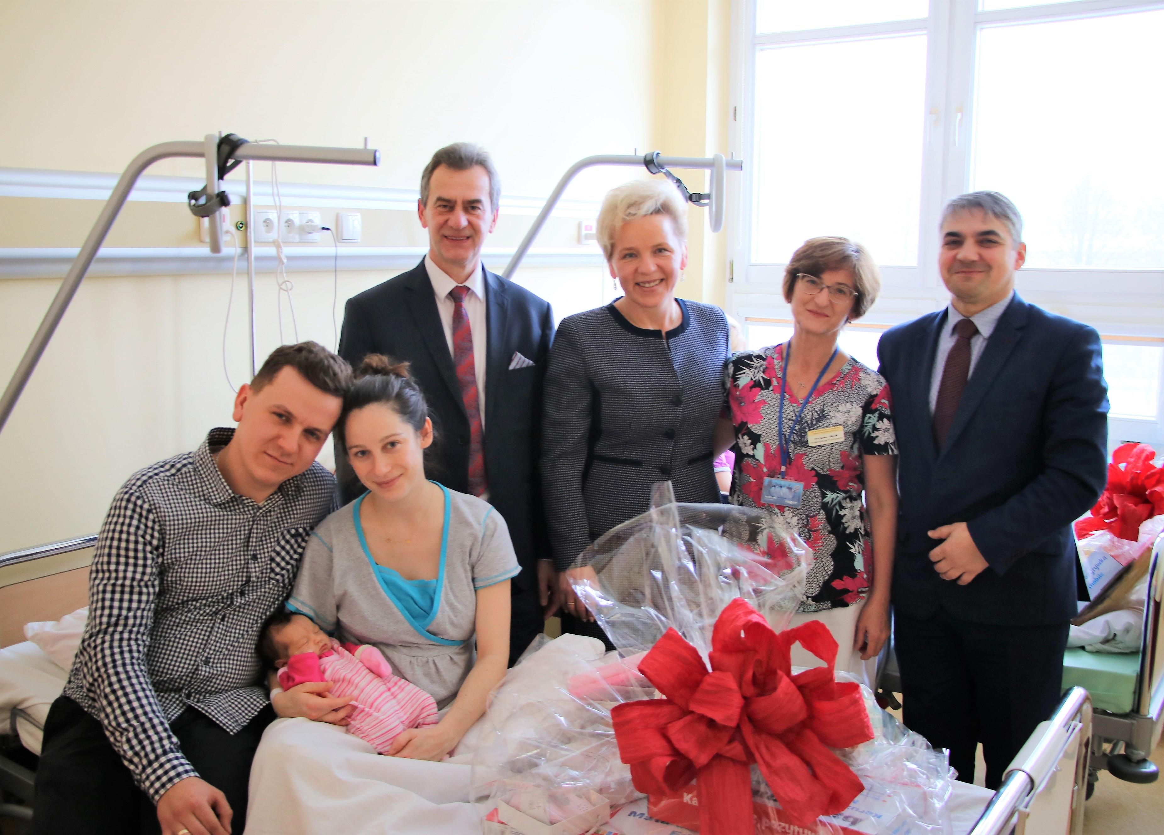 włodarze powiatu, dyrektor szpitala oraz rodzice i mała Laura