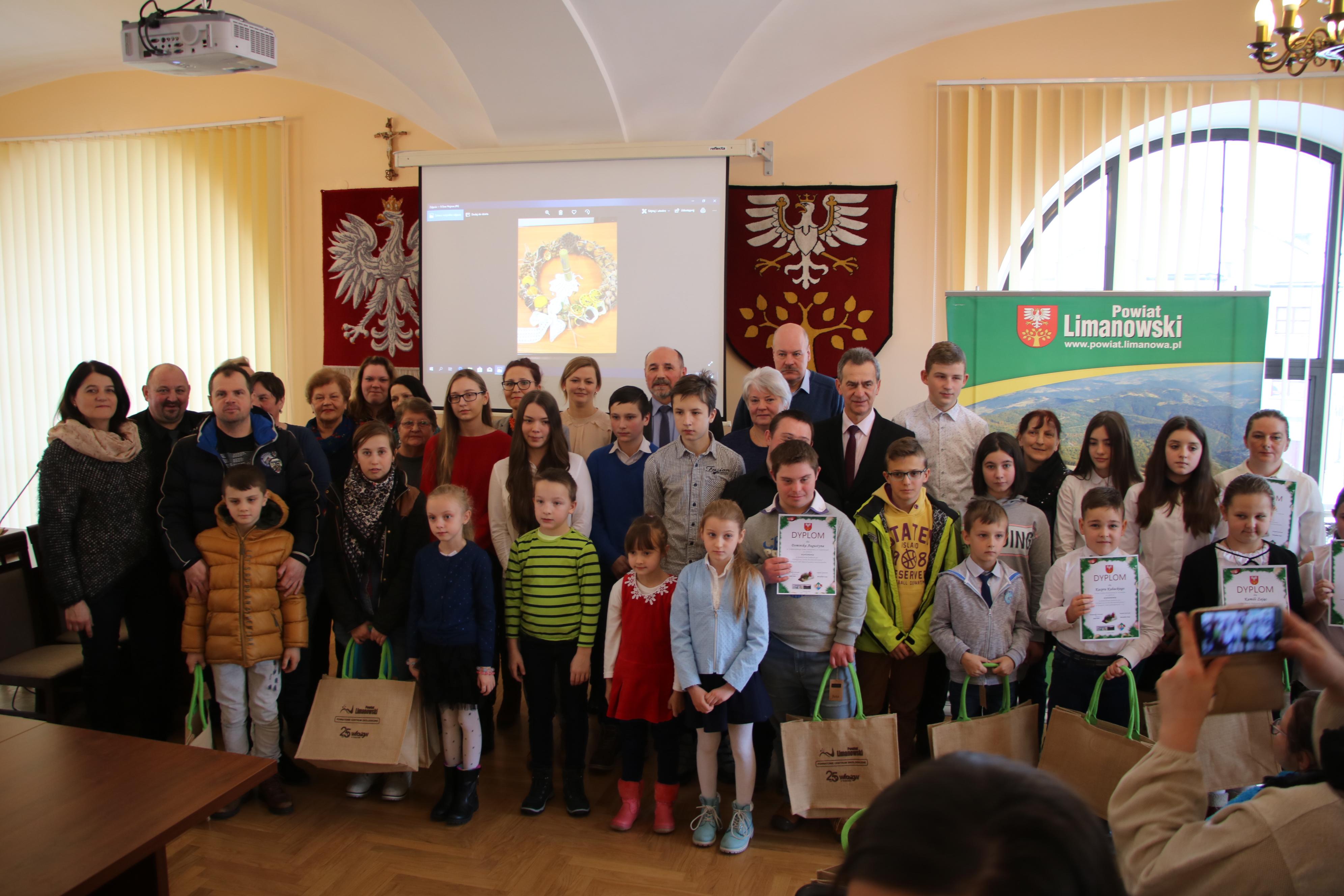 Uczestnicy konkursu na ekologiczny striok bożonarodzeniowy
