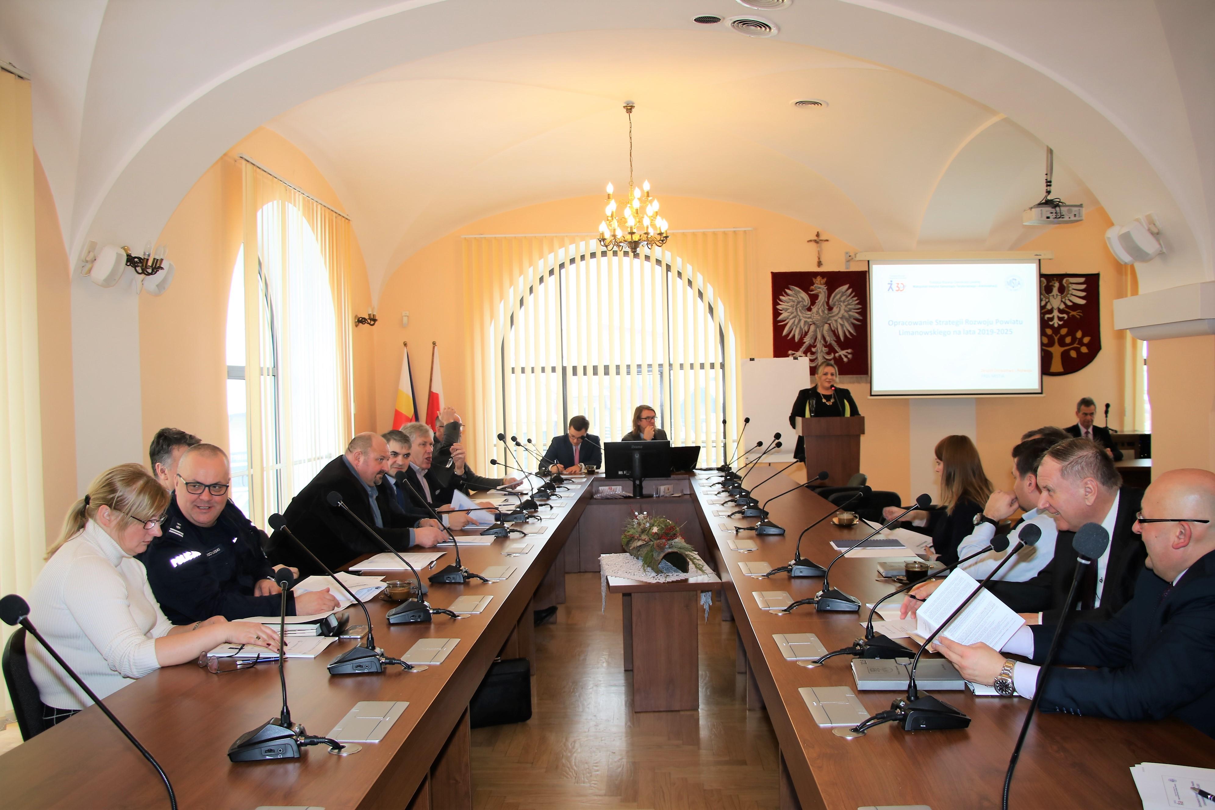 10 stycznia w Starostwie Powiatowym odbyło się pierwsze spotkanie warsztatowe, w którym wzięli udział przedstawiciele sektora publicznego, społecznego oraz biznesowego Powiatu Limanowskiego.