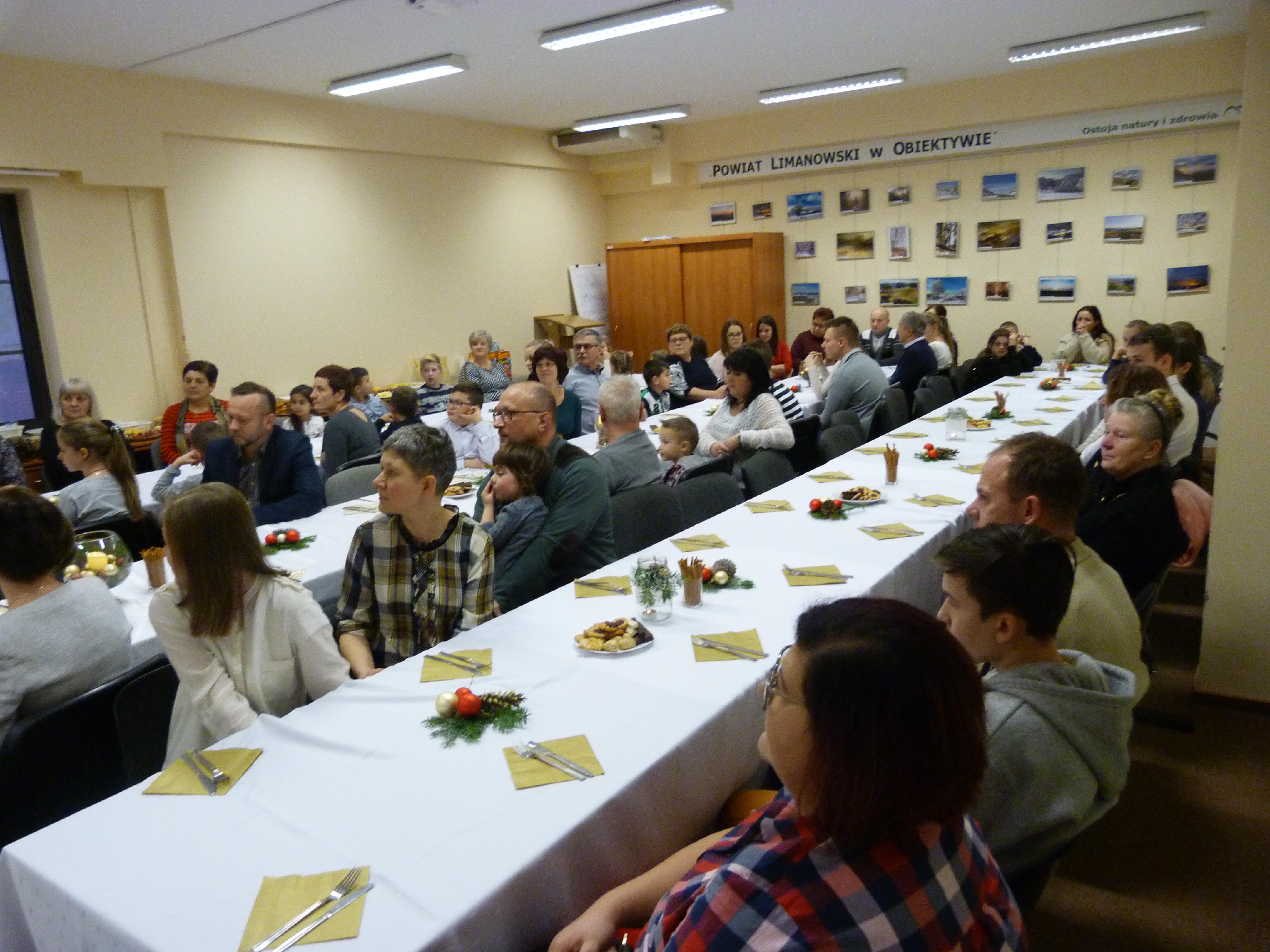 Rodziny zastępcze podczas spotkania noworocznego organizowanego przez PCRP w LImanowej