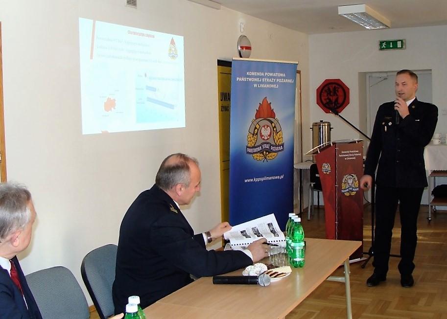 Komendant Powiatowy Państwowej Straży Pożarnej w Limanowej mł.bryg. Wojciech Frączek przedstawia prezentację dotyczącą rocznych działań strażaków