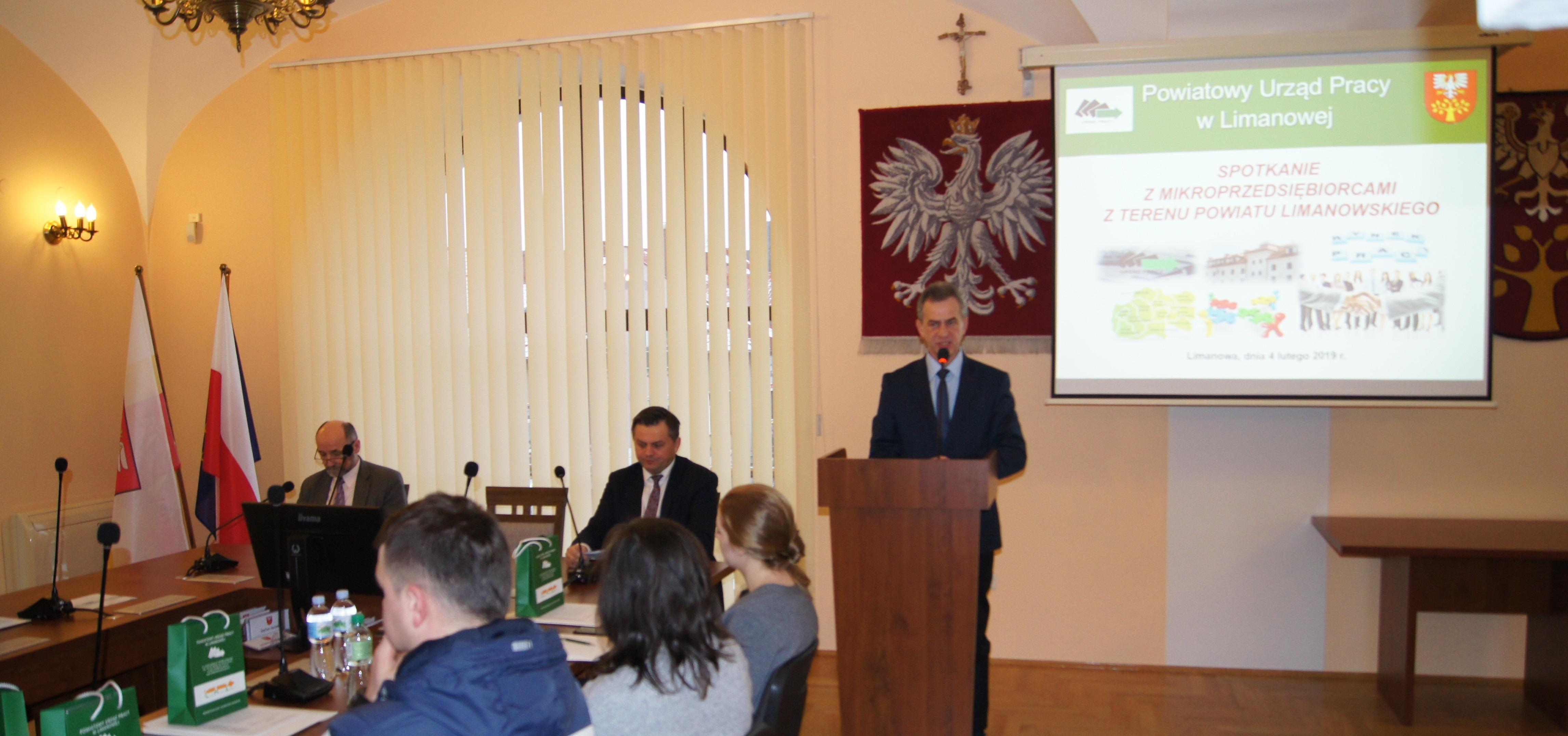 Starosta Limanowski zwraca sie do przedsiębiorców podczas spotkania