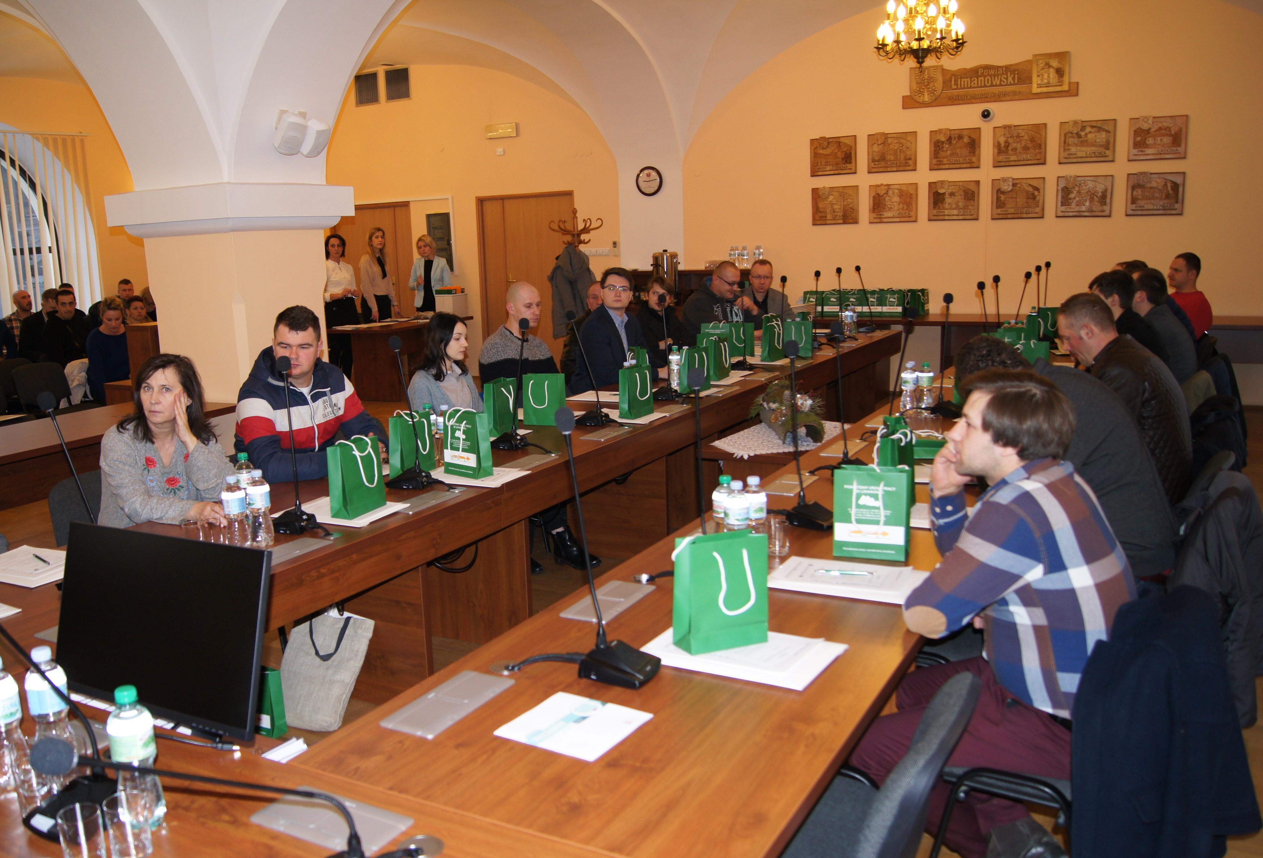Spotkanie mikroprzedsiębiorców na sali konferencyjnej