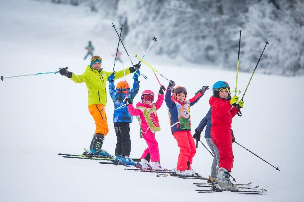 """dzieci jeżdżące na nartach podczas realizacji projektu """"jeżdżę z głową"""""""