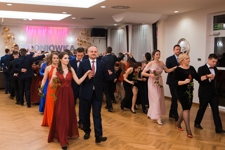 Zespół Szkół Technicznych i Ogólnokształcących w Limanowej - uczniowie tańczą poloneza