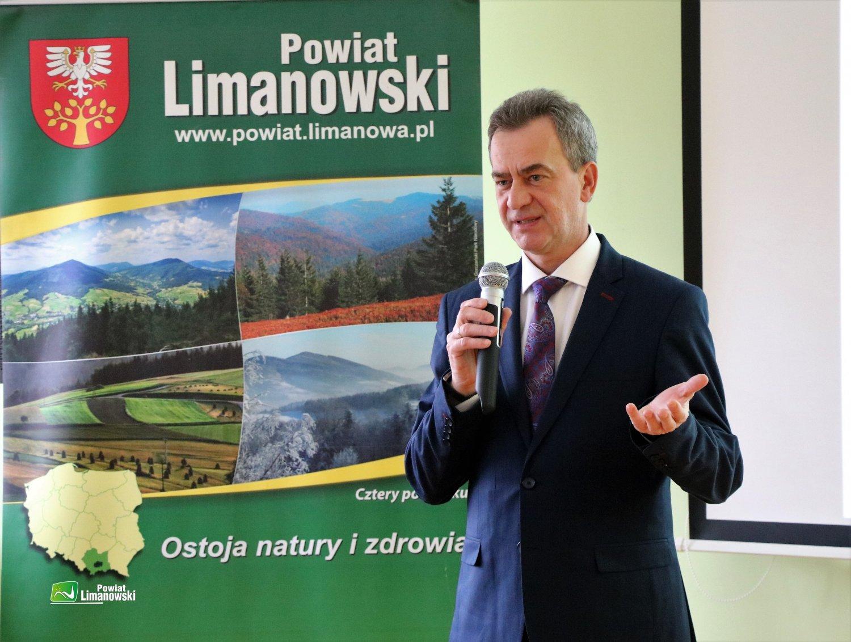 Na zdjęciu Starosta LImanowski Mieczysław Uryga. W tle baner powiatu limanowskiego
