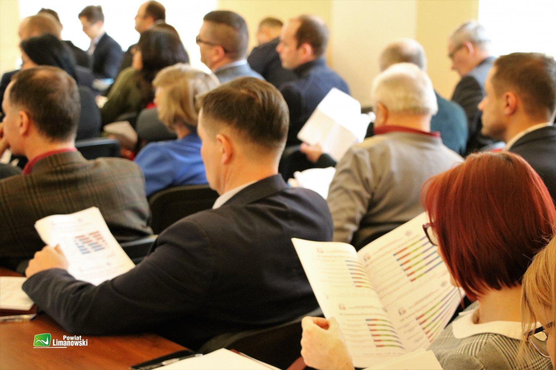 Spotkanie warsztatowe dotyczące strategii. Uczestnicy analizują dokumenty