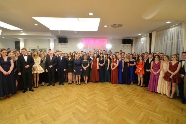 Zespół Szkół im. Komisji Edukacji Narodowej w Tymbarku - na zdjeciu uczniowie klas maturalnych