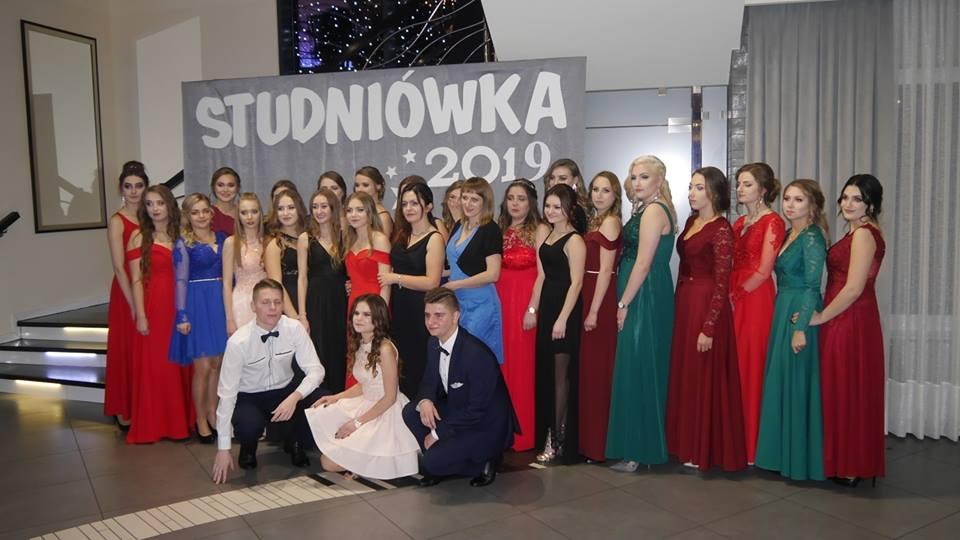 Zdjęcie uczniów podzcas studniówki Zespół Szkół Ponadgimnazjalnych w Mszanie Dolnej