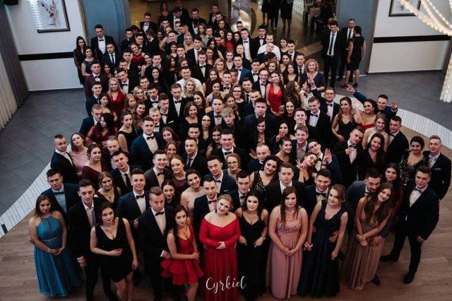 wspólne zdjęcie wszystkich uczestników studniówki w Zespół Szkół Techniczno – Informatycznych w Mszanie Dolnej