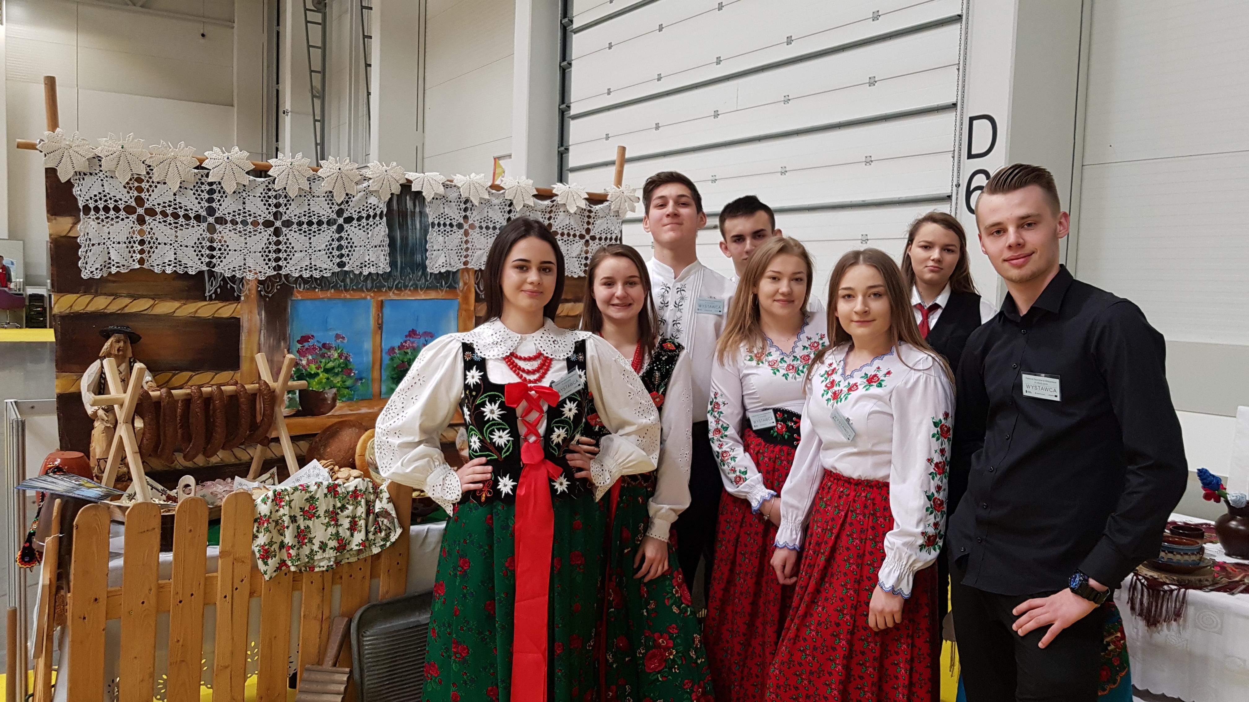 Uczniowie z ZSP w Mszanie Dolnej na wspólnym zdjęciu przy stoisku ogrodniczym na Festiwalu Zawodów w Krakowie