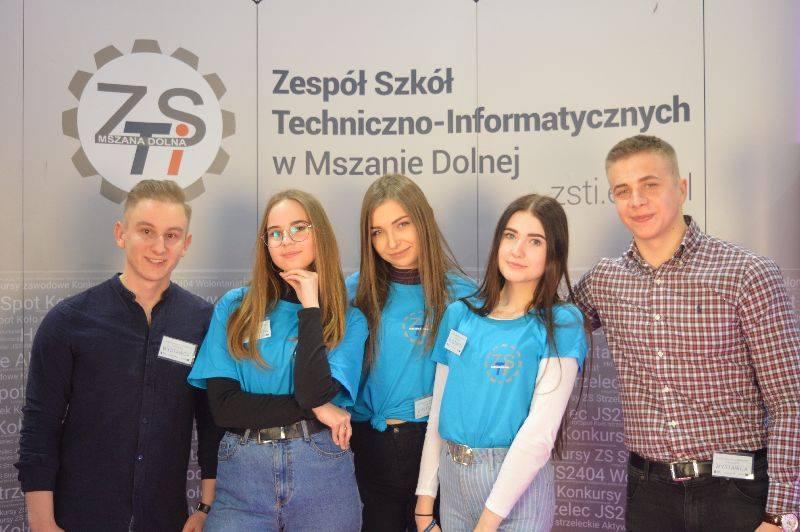 Uczniowie z ZSTI w MSzanie DOlnej podczas festiwalu Zawodów w Krakowie - na zdjeciu uczniowie na stoisku reklamy