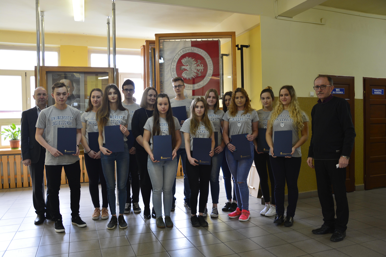 Laureaci XXIII Konkursu Wiedzy o Uniwersytecie Jagiellońskim, naucyciel stanisław dembski oraz dyrektor Edukacji Artur Krzak