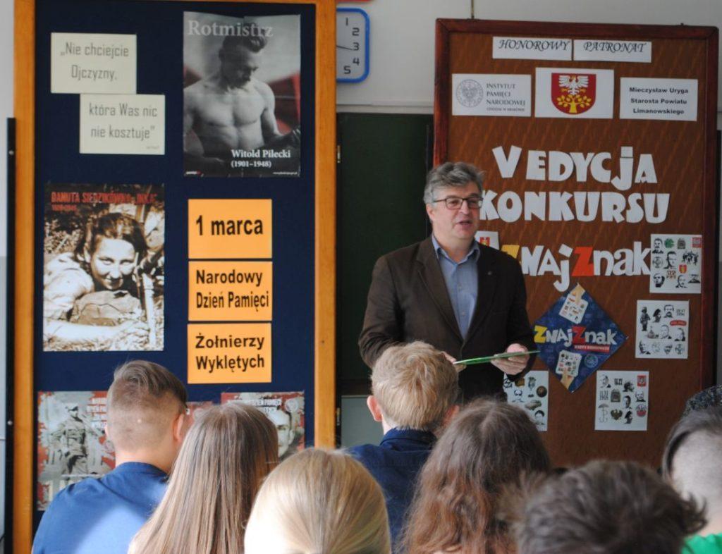 Po zakończonym konkursie Dariusz Gorajczyk - pracownik Krakowskiego Oddziału IPN wygłosił dla uczestników i ich opiekunów prelekcję