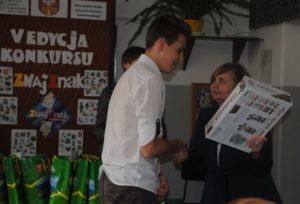 zwycięzcy konkursu odbierają z rąk dyrektora szkoły nagrody