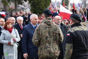 Złożenie zniczy przy pominku pamieci. Znicz składa członek zarządu W. Włodarczyk wraz z wiceprzewodniczącym Rady J. pietrzakiem