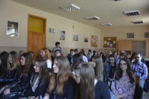 młodziez w oczekiwaniu na wyniki konkursu