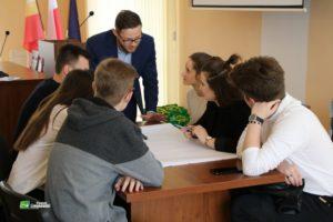 młodzież na spotkaniu z tworzenia strategii wypisuje swoje pomysły