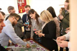 młodzież na spotkaniu z tworzenia strategii gra