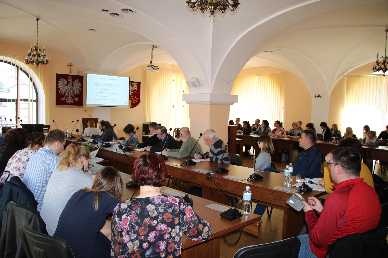 nauczyciele szkół średnich z terenu powiatu limanowskiego podczas szkolenia na sali konferencyjnej