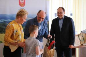 Wicestarosta, Członek Zarządu Powiatu Limanowskiego oraz Dyrektor Wydziału Ochrony Środowiska, Rolnictwa i Leśnictwa wręczają nagrodę laureatowi konkursu