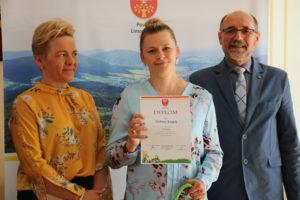 Wicestarosta i Członek Zarządu Powiatu Limanowskiego wręczają dyplom laureatce konkursu