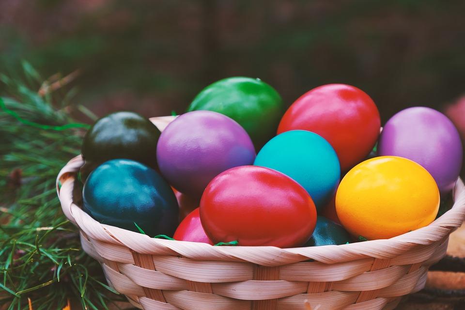 jajeczka wielkanocne w koszyczku
