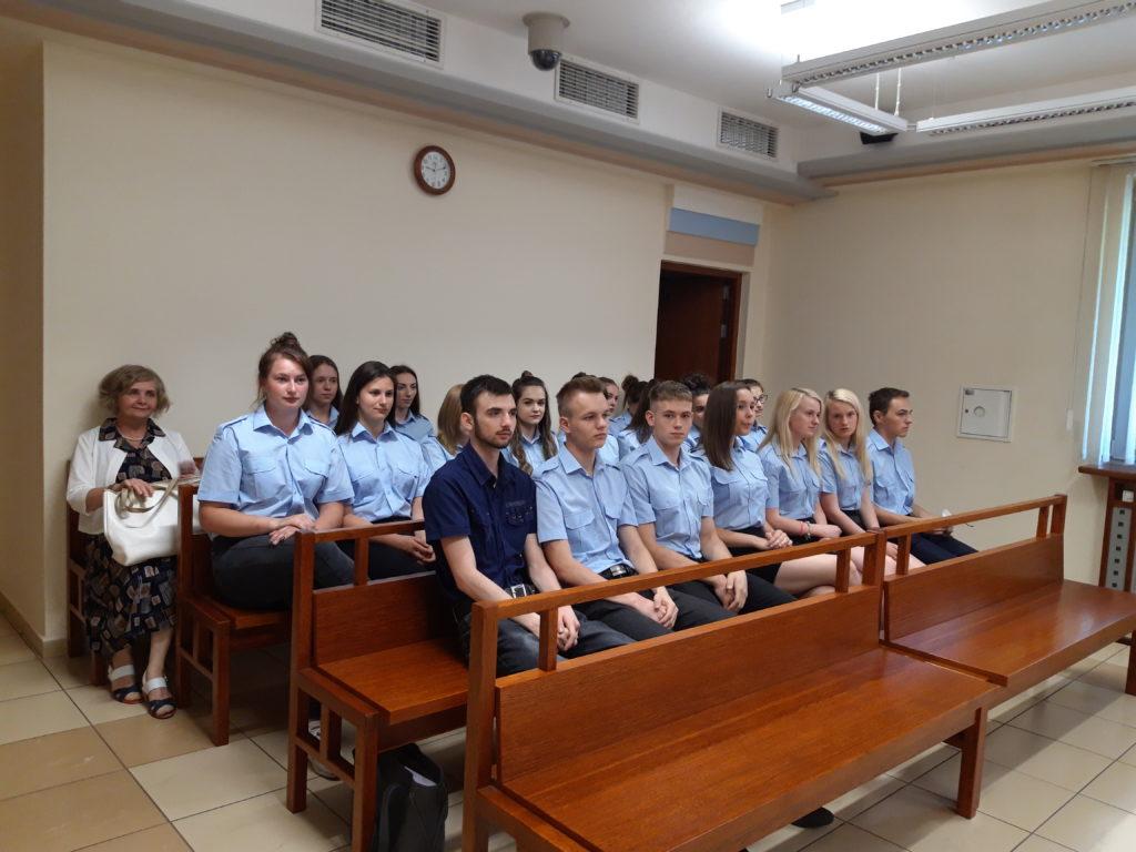 Wizyta ucznow klas policyjnych ZS w Tymbarku w Sadzie i Prokuraturze Rejonowej w Limanowej