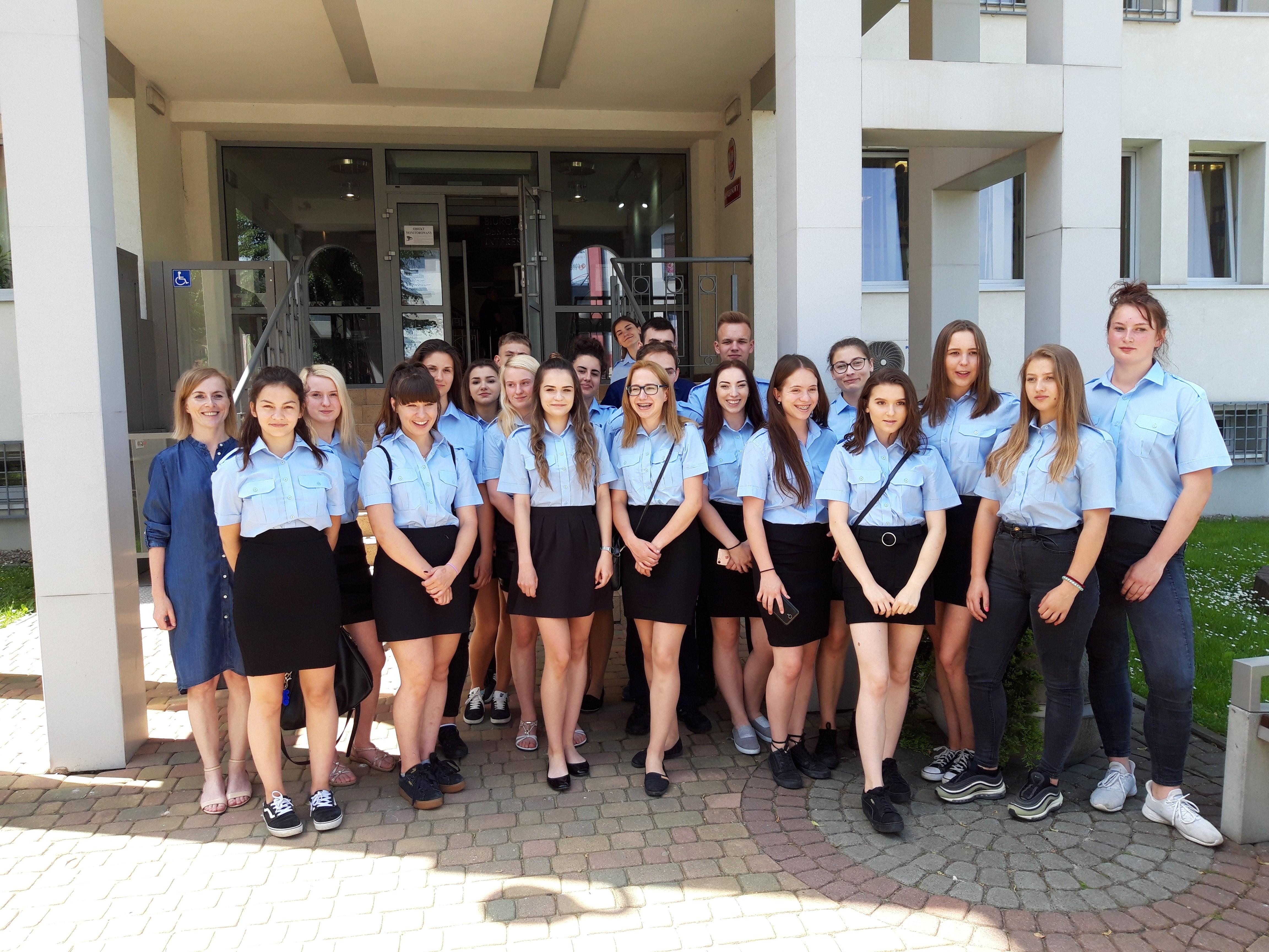 Wizyta uczniów klas policyjnych ZS w Tymbarku w Sadzie i Prokuraturze Rejonowej w Limanowej