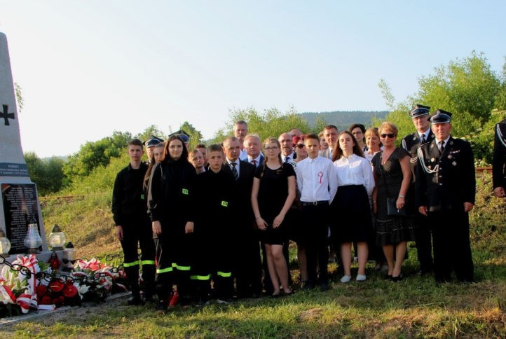 wspólne zdjęcie uczestników obchodów 75 rocznicy zbrodni hitlerowskiej w Kłodnem. Zdjęcie przy pomniku.