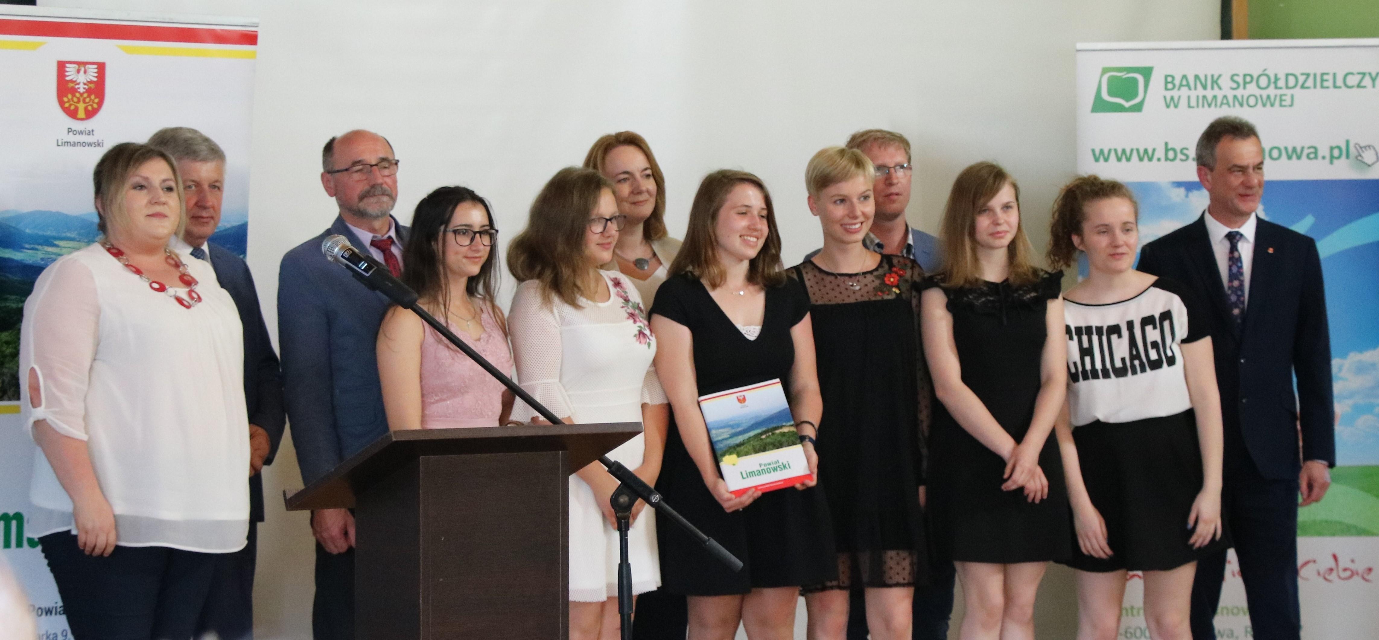 Laureaci konkusu Pomysł na Biznes na współnym zdjęciu z przedstawicielami komisji konkursowej, nauczycielami i członkami Zarządu i rady Powiatu Lianowksiego