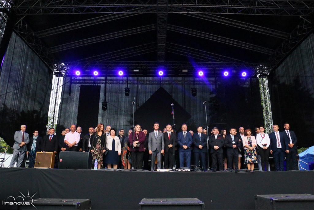 Dni Limanowej osoby na scenie przedstawiciele władz powiatu i miasta oraz delegacje partnerskie