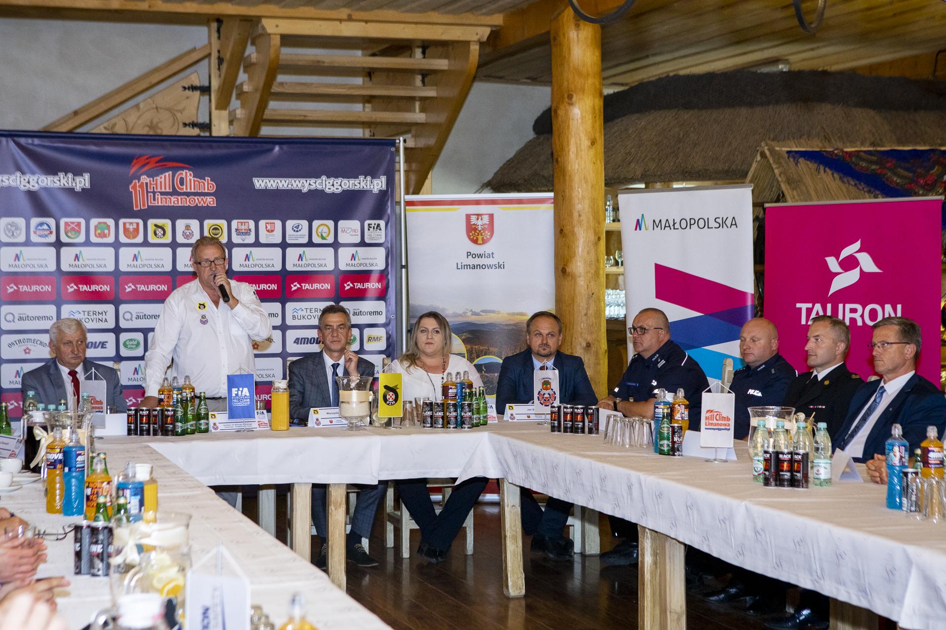 przedstawiciele samorządów podczas konferencji prasowej przed wyścigiem