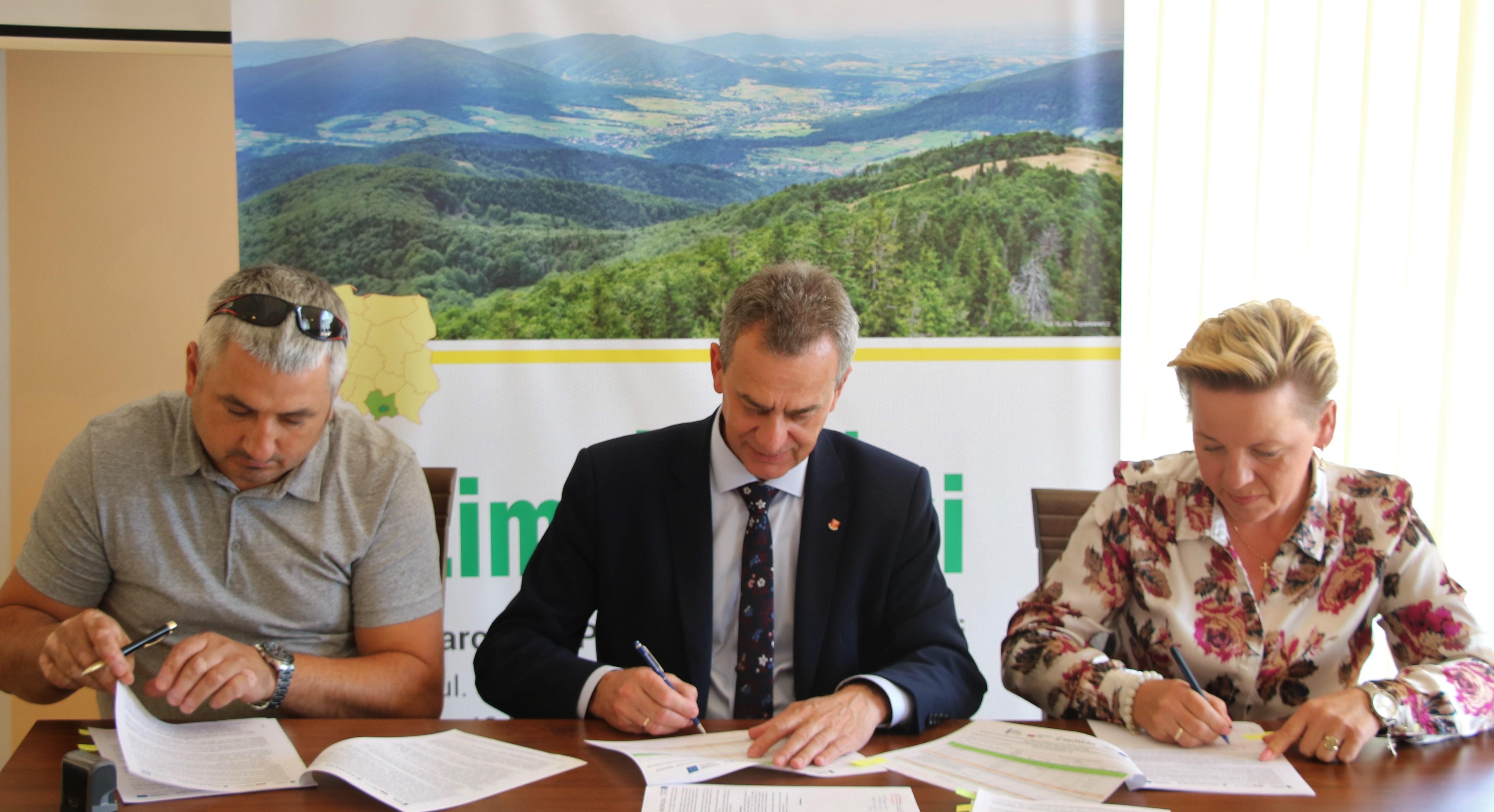 podpisanie umowy starosta, wicestarosta i konsorcjum reprezentowane przez R> Złocki