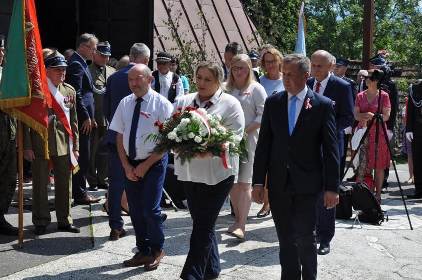 Składanie kwiatów przez delegację z Powiatu Limanowskiegoo