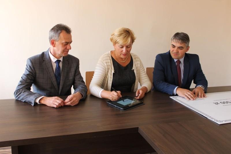 Wiceminister Zdroiwa, Starosta i Dyrektor Spzitala podpisanie umowy