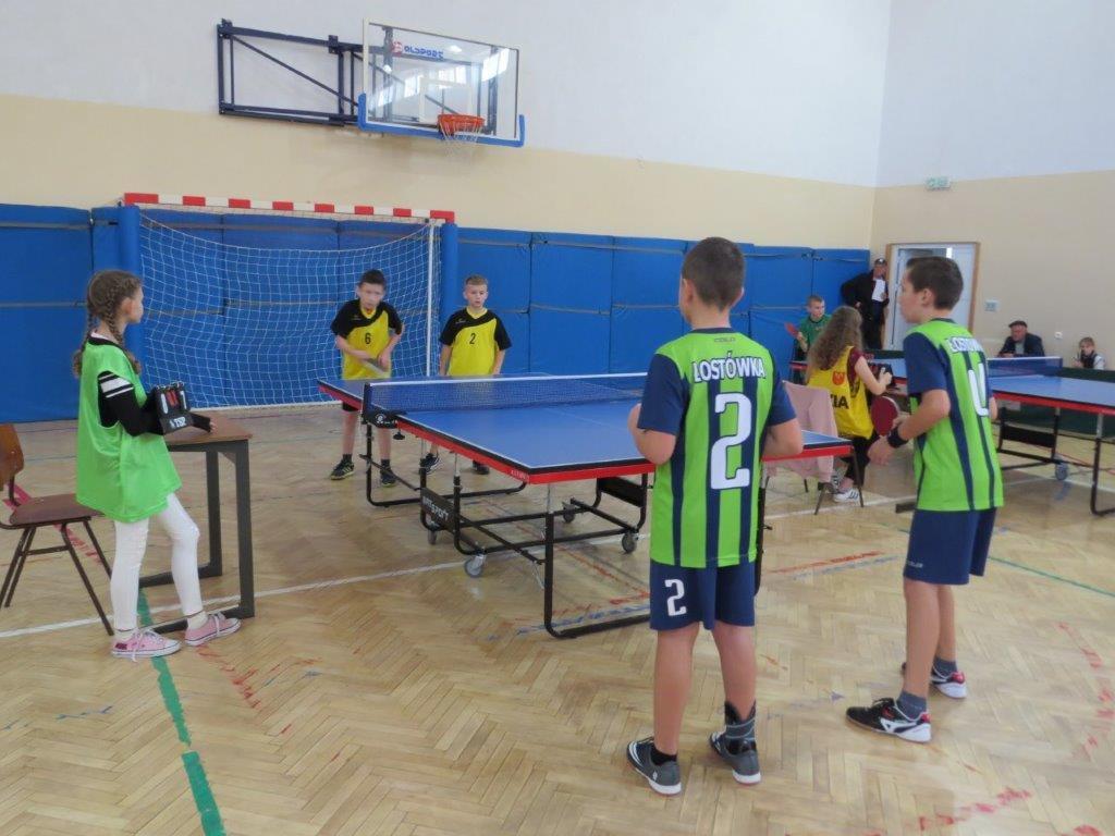 Powiatowe Igrzyska Dzieci w Tenisie Stołowym Druzynowym Dziewczat i Chłopców - zawodnicy podczas gry