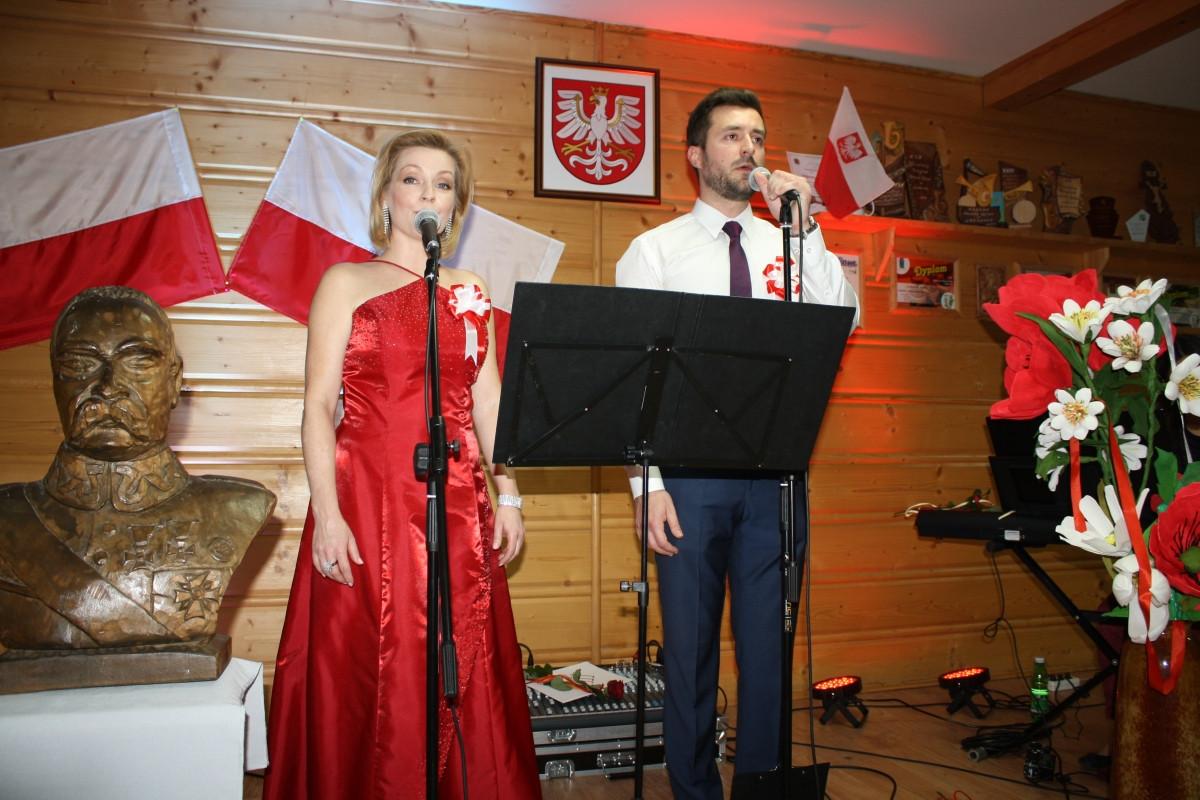 Warsztatowy koncert pieśni patriotycznych w bibliotece w Męcinie - duet artystów podczas występu