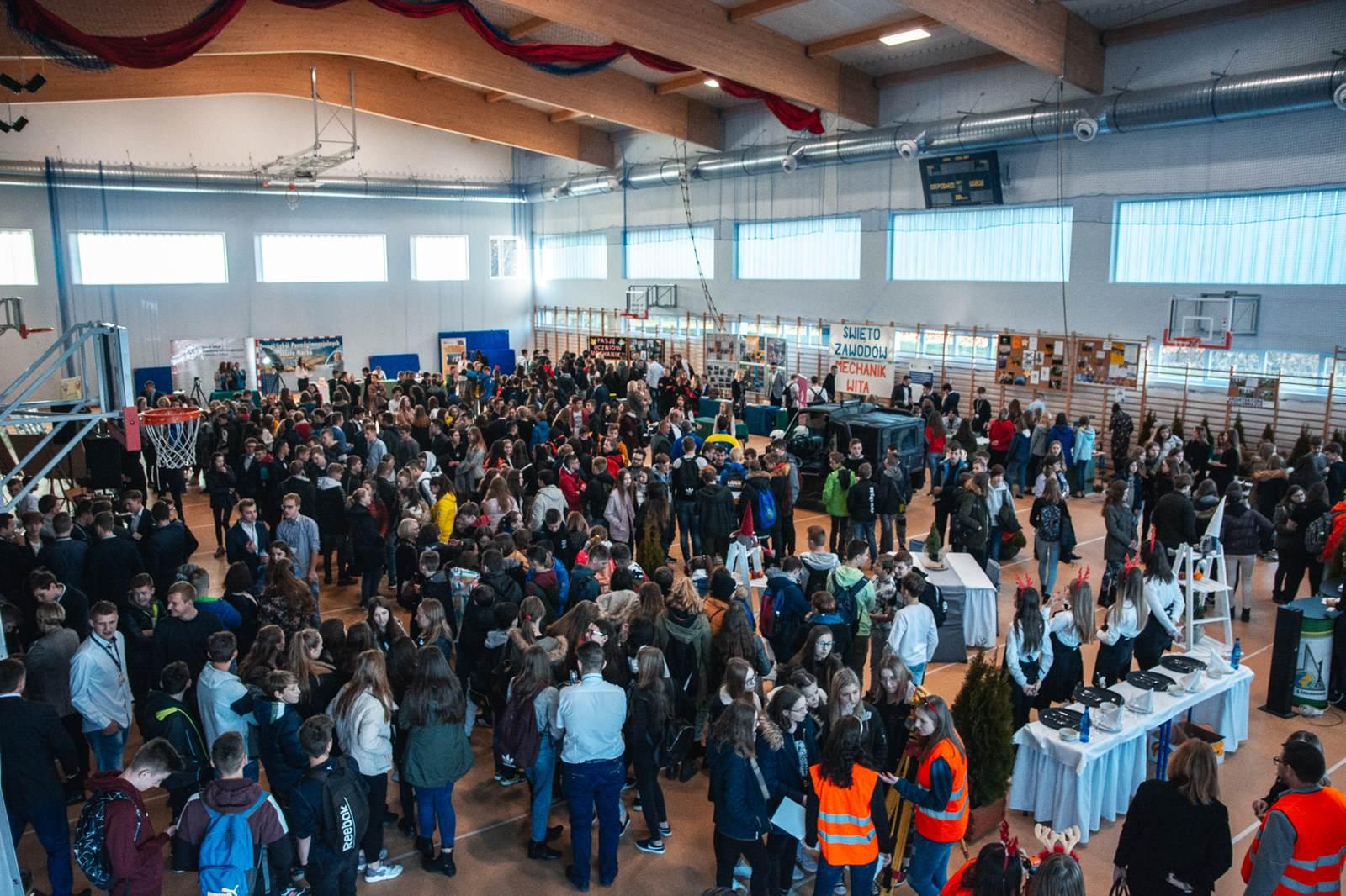 Święto zawodów ZSTiO w Limanowej; listopad 2019 - widok hali ZSTiO oraz uczestnicy wydarzenia