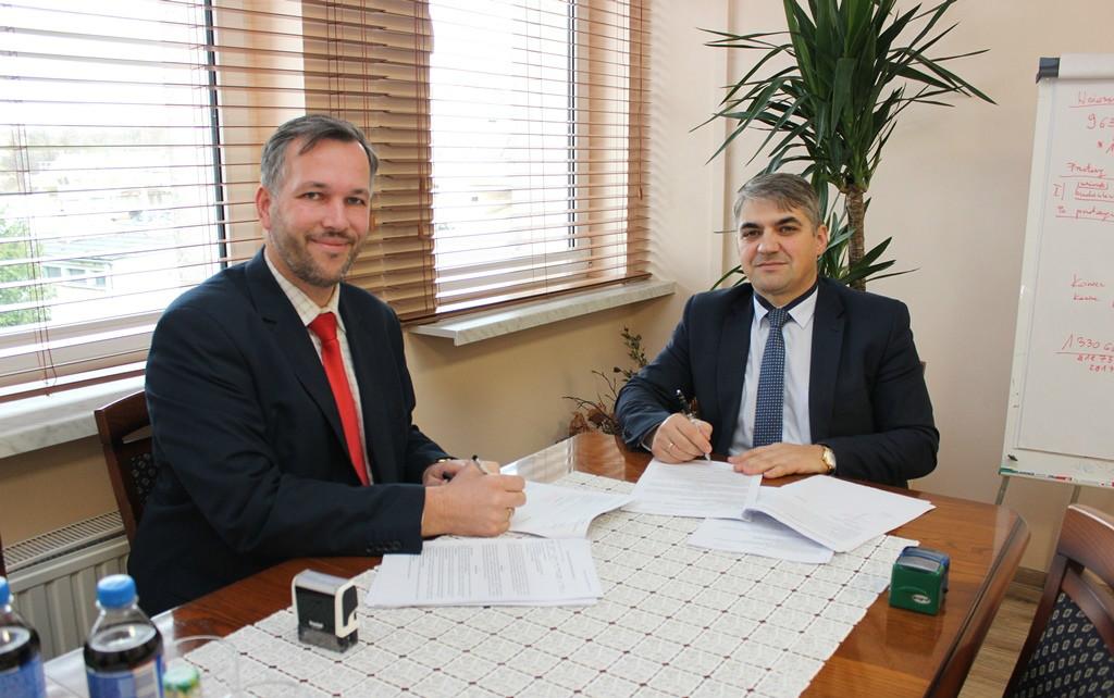 Podpisanie umowy na tomograw przez Szpital Limanowa - Dyrektor Szpitala Powiatowego Marcin Radzięta podczas podpisywania umowy